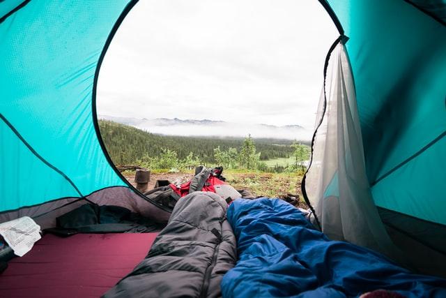 Camping en tente à la montagne